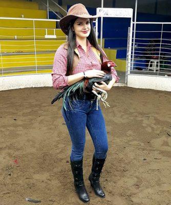 Fotos De Mujeres Con Gallos De Pelea Para Descargar